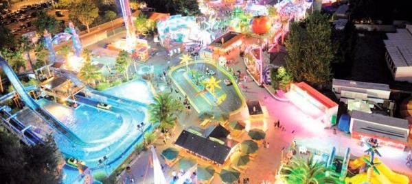 Vision nocturne du parc d'attractions Antibesland proche du camping Les Rives du Loup 3 étoiles