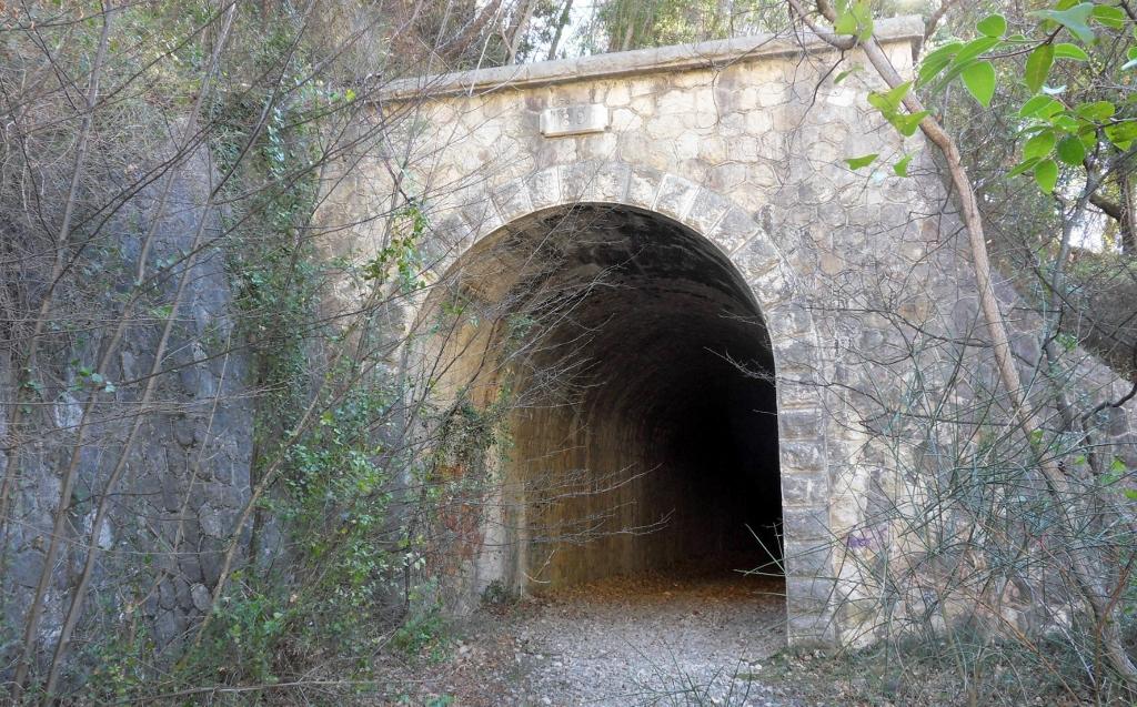 Voie de chemin de fer pour la randonnée à Pont du Loup