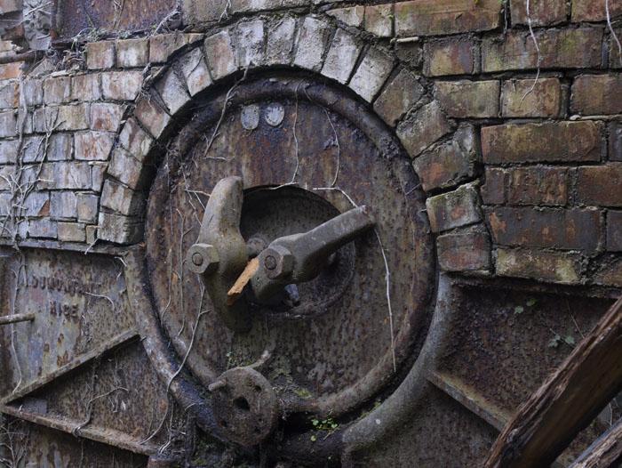 La porte du four de l'ancienne papeterie à pont du loup